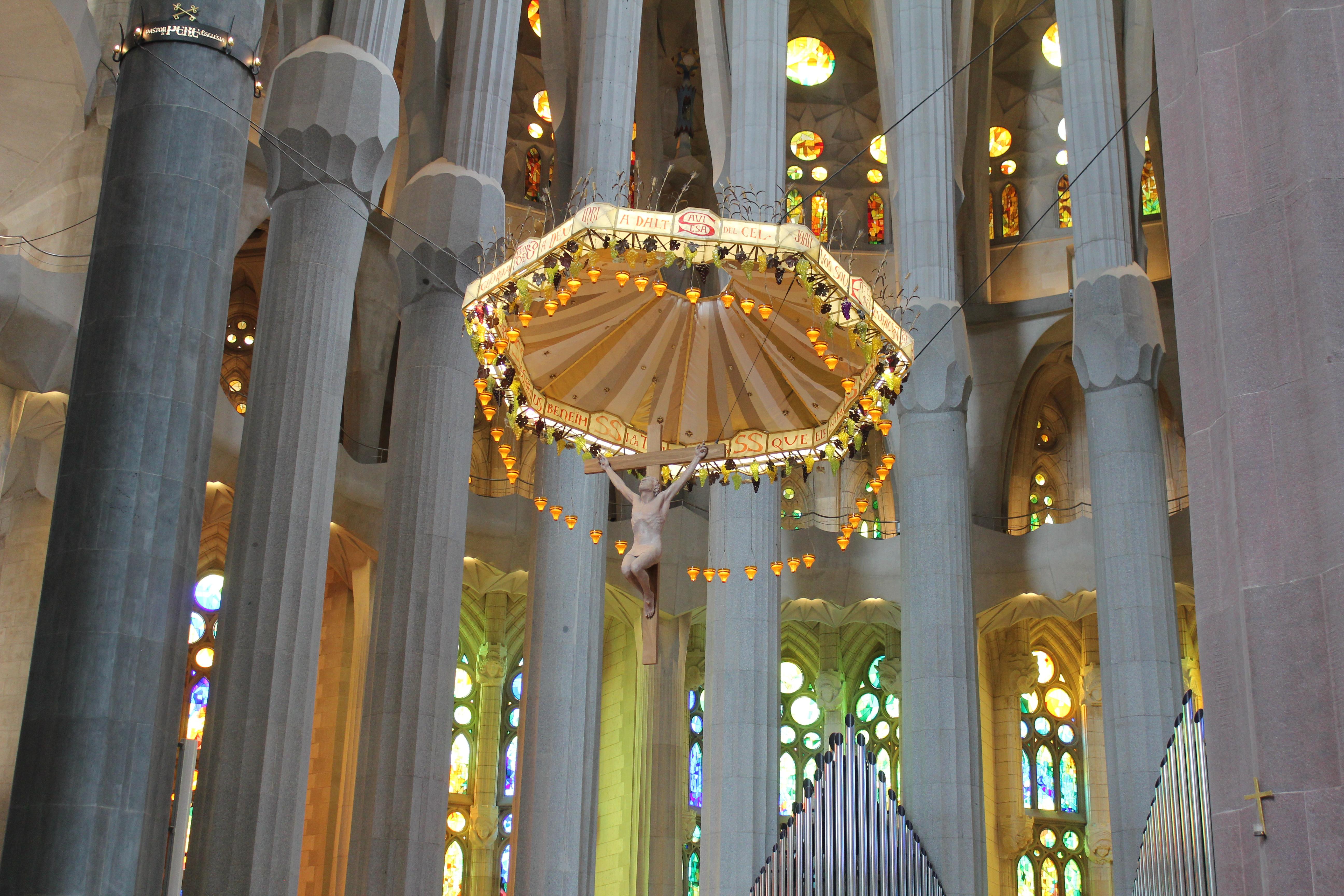 Altar at gaudi familia sagrada church in barcelona spain for Gaudi kathedrale barcelona